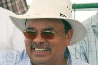 Cicho López con su doble sombrero de magnate, de Caruna y Albanisa.