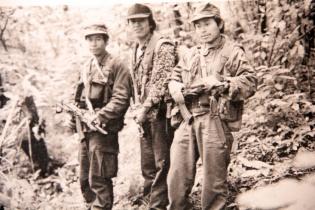 Capitán Olvierio, Primer Teniente Héctor, Primer Capitán Jeremías, con fusiles AK-47 culata plegable. Volcán de Agua. Septiembre de 1991.