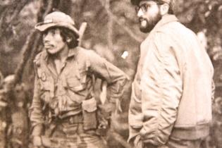"""Primer teniente Ramiro y Comandante Santiago en el campamento """"La Última Carta"""", volcán de Agua, Palín, Escuintla. Septiembre de 1981."""
