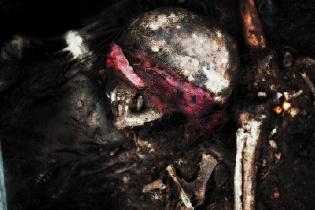 Osamenta hallada en una fosa común en el destacamento militar de Cobán. Ilustración sobre fotografía de Sandra Sebastián