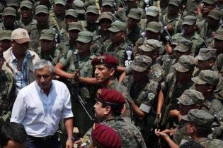 Otto Pérez, acompañado del Ejército, durante los disturbios en Santa Cruz Barillas, Huehuetenango.