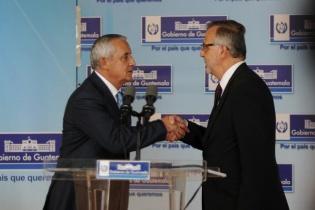 El presidente Otto Pérez Molina y el comisionado de la CICIG, Iván Velásquez, se estrechan la mano ante la prensa.