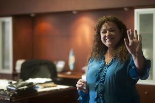 La Fiscal General Claudia Paz y Paz se despide luego de ser entrevistada por reporteros en su despacho.