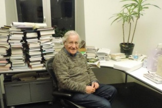 Noam Chomsky en su oficina del Massachussets Institute of Technology