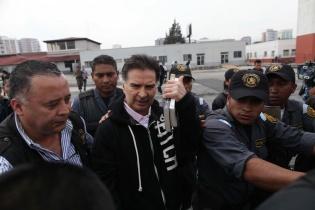 El expresidente Alfonso Portillo es conducido al avión que lo transportaría a Estados Unidos. Logró llevar con él dos libros.
