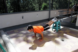 Francisco Valdés Paiz mostraba orgulloso su espacio donde realizan ejercicios.