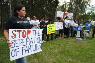Manifestantes protestan con pancartas para pedir que se paralicen las deportaciones de indocumentados en Estados Unidos. Grupos a favor de la inmigración en Florida se manifestaron para exigir a las autoridades acabar con las deportaciones. Foto de EFE