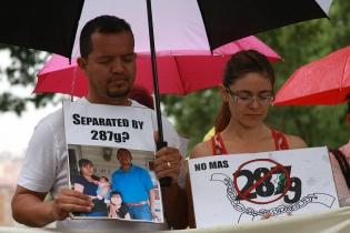 El nicaraguense Marlón Riso (i), quien enfrenta la deportación por el 287g y su esposa, Julissa Gutiérrez, participan en una marcha, solicitando la eliminación del programa de identificación de indocumentados 287g, que desde su implementación en 2006 ha puesto en deportación a más de 13 mil inmigrantes sin papeles. Foto de EFE