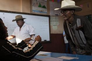 Las Juntas Receptoras de Votos revisan la información de los votantes en la repetición de los comicios en Pueblo Nuevo Viñas.