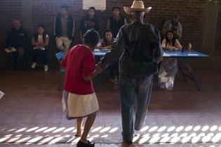 Una pareja de ancianos vota en el Salón Municipal, lugar que registró disturbios y robo de papeletas durante la primera vuelta.