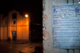 En el municipio de Purulhá, una hoja pegada en la pared del salón municipal avisa de la jornada médica que tendrá lugar en el pueblo.