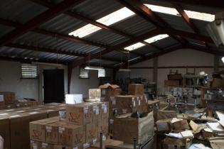 En la bodega del área de salud de Salamá, cajas de medicinales están almacenadas junto con llantas de  motocicletas, mesas, archivadores y viejas computadoras.