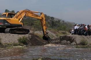 Miembros de las comunidades que dependen del río Madre Vieja lo liberan del desvío ilegal que construyó la empresa de palma africana que pertenece al grupo Hame.