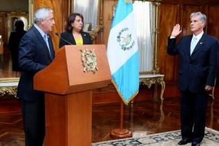 Ricardo Sagastume Morales es juramentado por el presidente Otto Pérez Molina como el nuevo ministro de Economía.