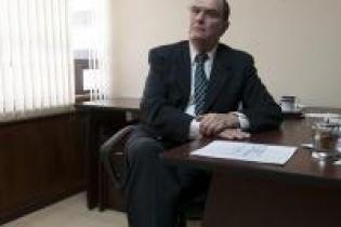 Rivera Clavería ha recorrido buena parte de su carrera en puestos relacionados con seguridad y justicia, entre los gobiernos de Vinicio Cerezo y Serrano Elías; y en 2012 con Otto Pérez Molina.