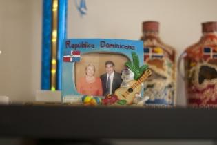 López guarda una fotografía en la que está junto a Michelle Bachelet, presidenta de Chile.