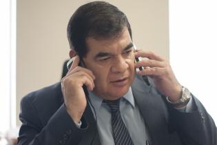Antes de iniciar la entrevista, Rony López atendía llamadas relacionadas a un caso de crimen organizado.