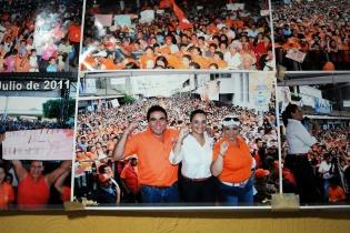 En el corredor y en oficinas de la Municipalidad de Barberena hay varias fotografías de Rubelio Recinos con los mandatarios, entregando los programas sociales e inaugurando obras.