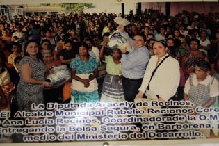 Rubelio Recinos y su esposa entregan las bolsas seguras a pobladores del Municipio.