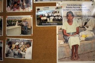 """""""Con la bolsa segura Rubelio Recinos hizo feliz a esta humilde señora"""", dice una fotografía pegada en una pared de la municipalidad de Barberena."""