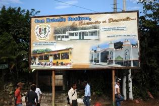 """""""Con Rubelio Recinos la educación es desarrollo"""", dice una de las vallas que promocionan al alcalde."""