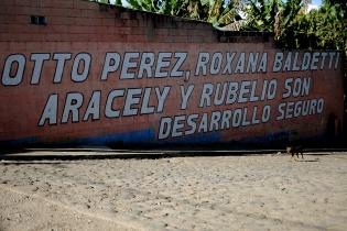 Algunas paredes destacan el desarrollo seguro que ofrece Rubelio Recinos y el Partido Patriota.