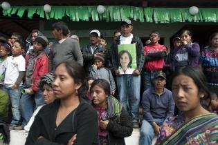Pobladores de Sololá escuchan a Sandra Torres, candidata presidencial de la Unidad Nacional de la Esperanza.