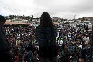 Alrededor de 500 personas acompañaron a la candidata, quien habló desde el área de carga de un camión adaptado como tarima.