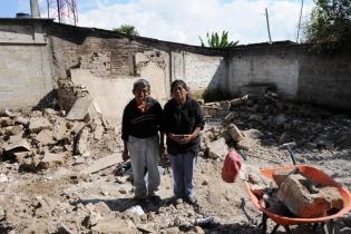 Juan Alvarado y Esperanza Velásquez recogen lo que quedó de su casa.