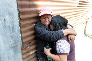 Esperanza Velásquez consuela a su hija.