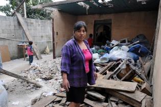Brenda Poyoy debe alquilar porque su casa se destruyó.
