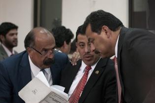 Los abogados defensores de los acusados luego de conseguir que el juicio se quede sin juez. [Sandra Sebastián]