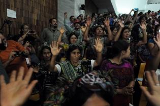 Mujeres ixiles agradecen a los jueces del Tribunal la sentencia que dictó contra Ríos Montt..