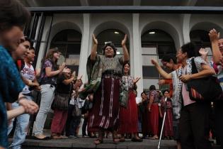 Mujeres ixiles celebran el fallo del tribunal frente a la Corte Suprema de Justicia, lugar donde se desarrolló el juicio.