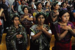 La forma de decir gracias de pobladores ixiles que asistieron a la sentencia.