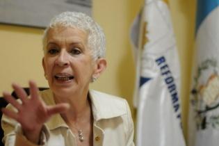 Camacho de Torrebiarte fue ministra de Gobernación de marzo de 2007 a enero de 2008, comisionada de Presidios en 2002, miembro del Consejo Asesor de Seguridad y fundadora de Madres Angustiadas en 1995.