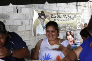 Javier Javier mandó a matar tres vacas para alimentar a todo el pueblo el día de las elecciones, 30 mujeres rodean una larga mesa y trocean tomates y cebollas, mientras sus decenas de niños juegan y gritan por el suelo de tierra.