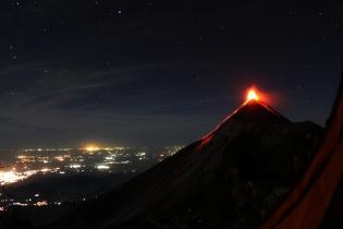 El volcán de Fuego en plena actividad. Uno de los atractivos del ascenso al Acatenango.