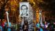 Estudiantes de la UCA cargan una pancarta con el rostro del padre Ignacio Ellacuría durante la conmemoración del 25 aniversario de la massacre de la UCA en San Salvador. [Francisco Campos.]