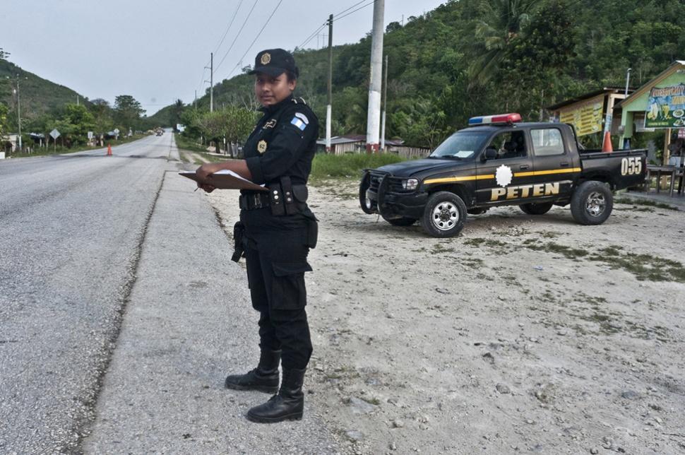 Carla Paola Alvarado, 25, trabaja desde hace poco en la Policía Nacional Civil