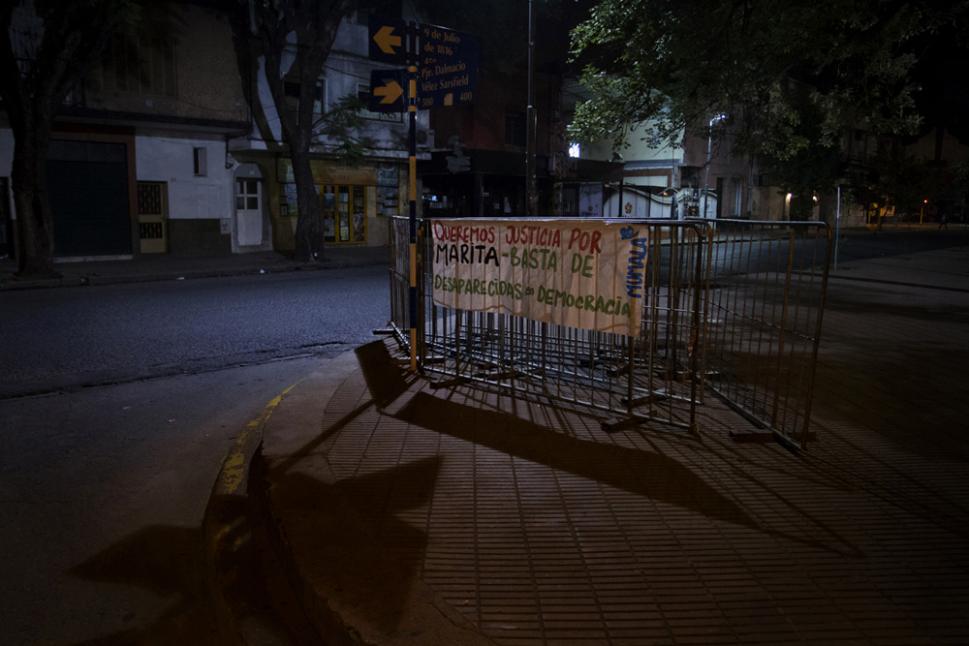 En las afueras del edificio de tribunales, solo quedaron banderas que pedían Justicia por Marita.