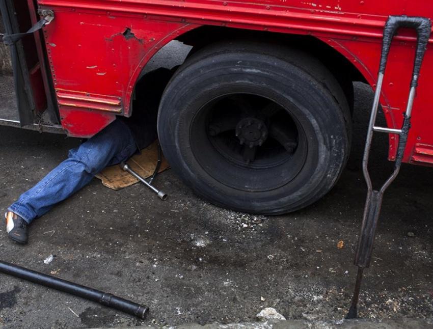 Erik, de 35 años, padre de tres hijos, sustituye una rueda pinchada. Lleva 10 años conduciendo una camioneta automática.