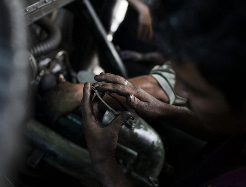 David, de 28 años, empezó a reparar motores de camioneta a los 10.
