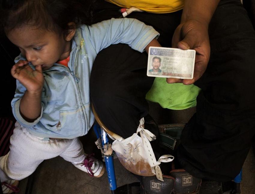 Jorge Esteban Chay, de 30 años, junto con su hija menor Sofía, era piloto de camioneta. La bala de la ráfaga que le dispararon en el 2008 penetró en la columna vertebral dejándolo paralizado desde la boca del estómago.