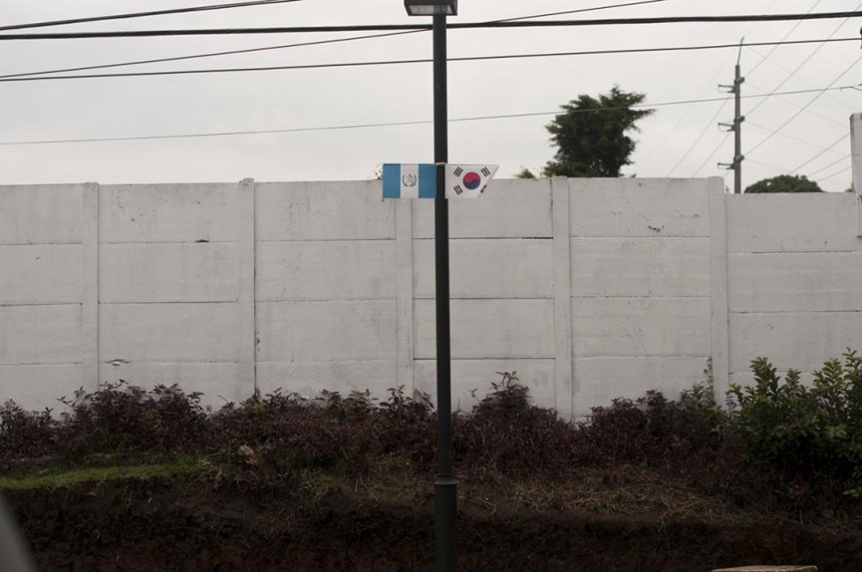 La Calle Seúl con las banderas de Guatemala y Corea.