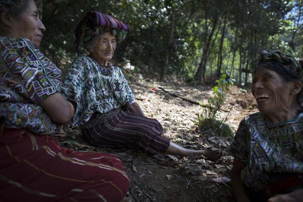 """Los dos meses en el lugar hacen que el encuentro con otros familiares de las víctimas sea motivo de plática y distracción. A la izquierda, María Brito, 59 años, busca a sus dos hijas Cecilia, de tres años, y Engracia, de tres meses, muertas por """"susto"""" y hambre. En el centro, Isabel Avilés, 73 años, busca los restos de la mamá y del hermano de su esposo Diego."""