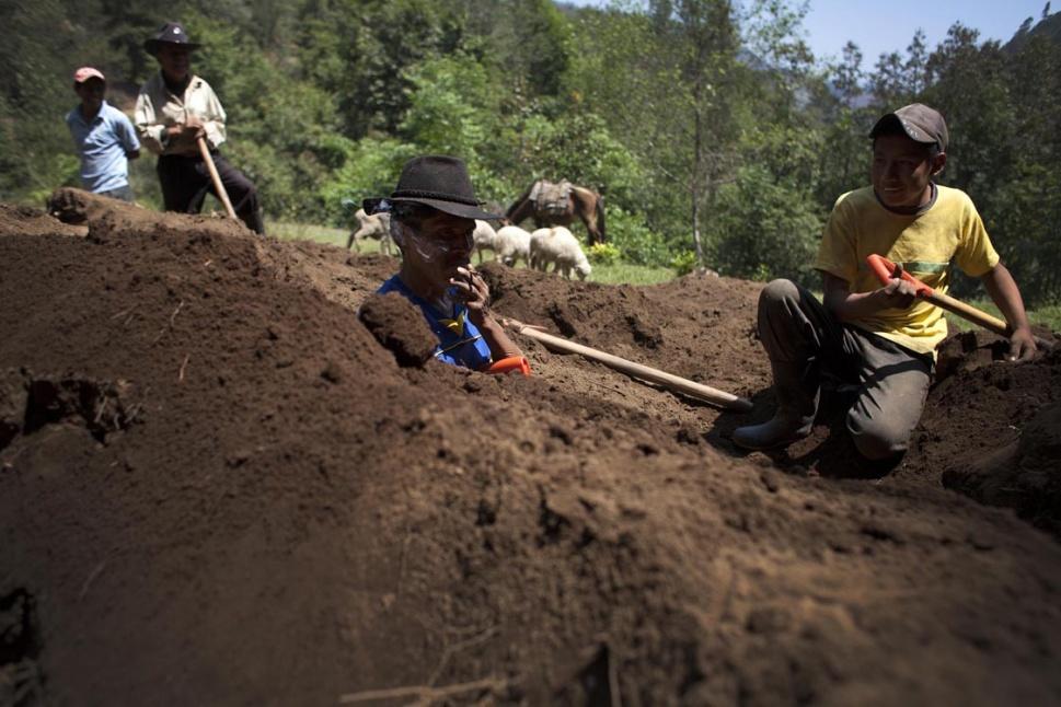Domingo Ramos, 56 años, junto con su hijo Pedro, busca a su hermano Jorge, difunto a los 22 años por los golpes recibidos por militares del ejército.