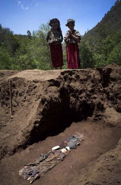 Junto con los restos, se encuentran ofrendas que los familiares dejaron enterrados con la fallecida.