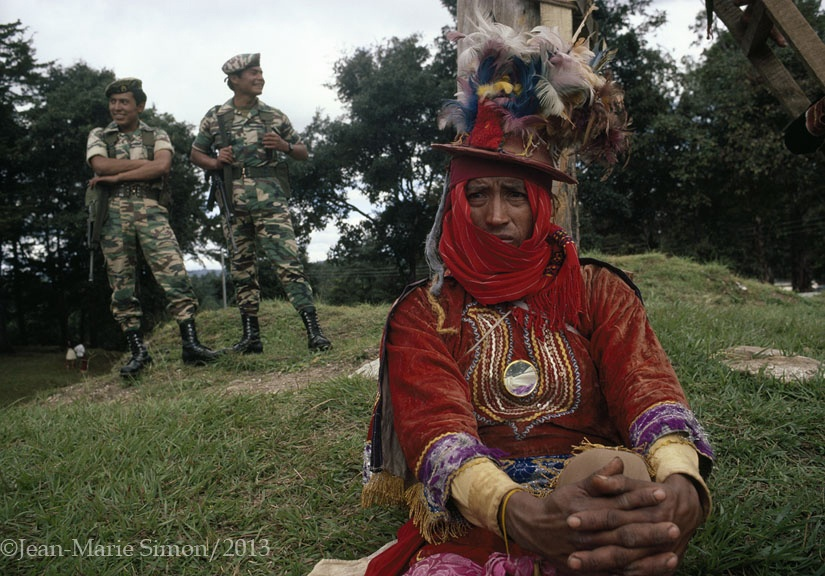 Soldados observan las festividades en Gumarcaj, Quiché.