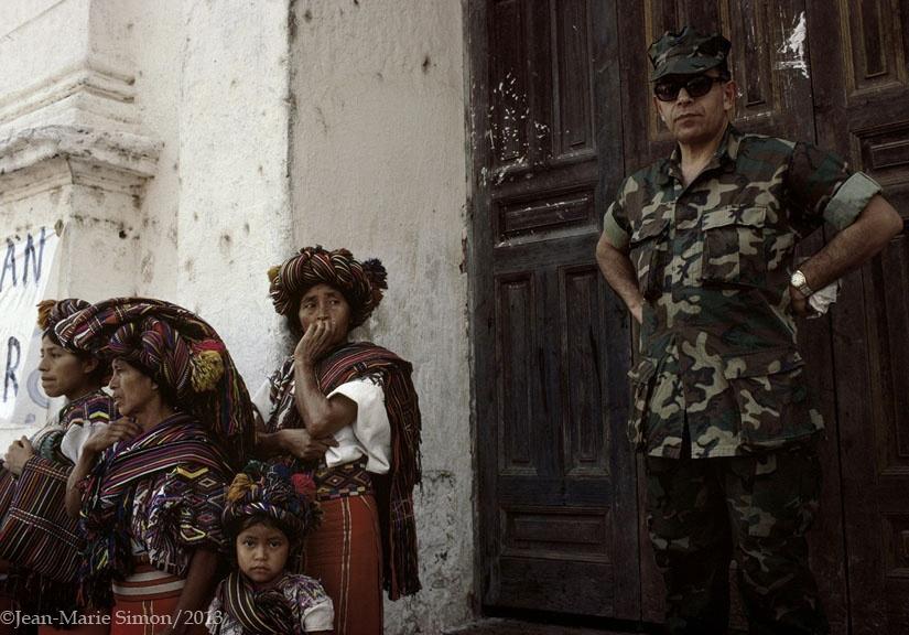 Agregado militar de Estados Unidos, Coronel George Maynes, asiste a la primera marcha de las Patrullas de Autofensa Civil en Nebaj, Quiché.